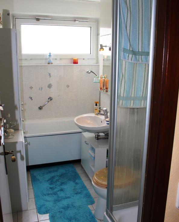 Fenster-Bad mit Duschkabine