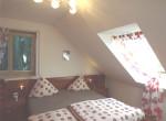 Schlafzimmer mit 2 Fenster