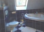 Badezimmer mit 2 Fenster