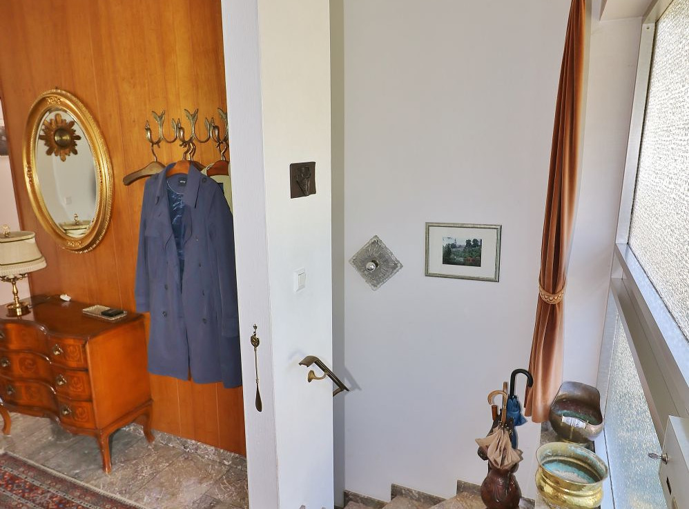 Eingangsbereich mit Kellerabgang