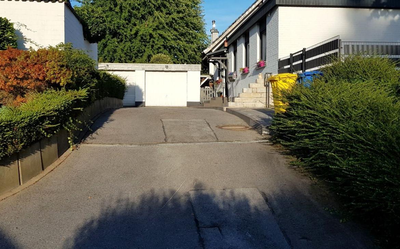 Einfahrt mit Garage