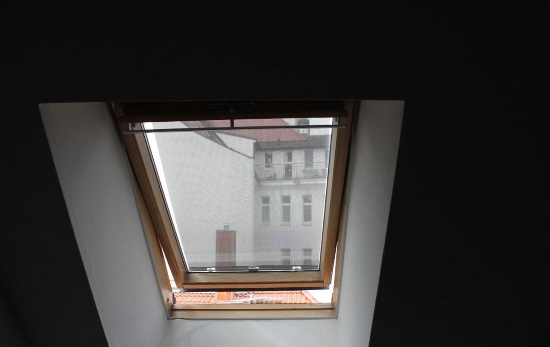 Schrägdachfenster im kleinen Schlafzimmer