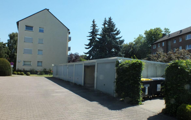 Haus von der Seite mit Garagenhof