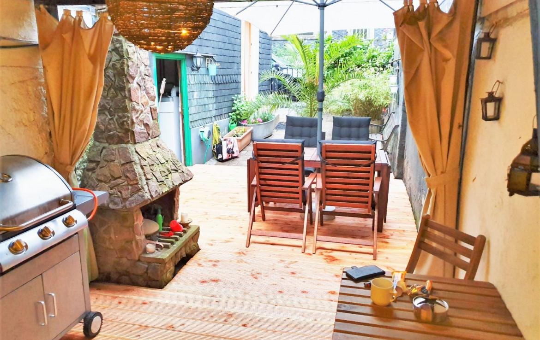 Terrassenhof mit Kamin